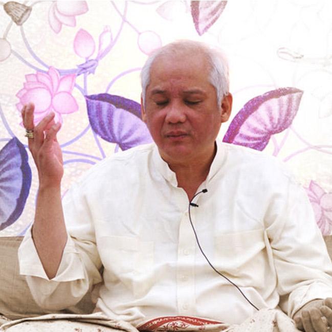 Grand Master Choa Kok Sui with hand raised